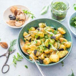 Miam ! Salade tiède de pommes de terre Délicatesse aux herbes fraîches et ail noir de la Drôme